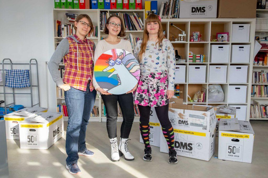 Referentin Anne Koch (l.) zusammen mit Alica Reuter und Clara Coldewey vom Autonomen SchwuLeBiTrans*Queer+ Referat an der Uni Kassel in ihrem neuen Raum im Studierendenhaus.
