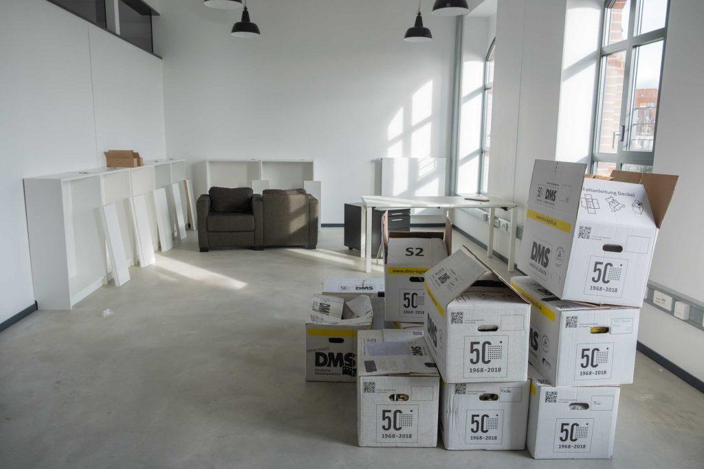 In den anderen Räumen stapeln sich noch die Umzugskartons und warten darauf, ausgepackt zu werden.