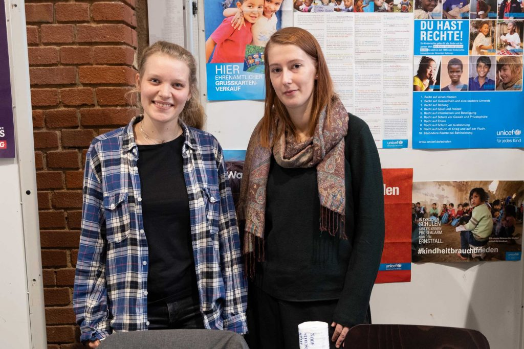 Nora Drohne (l.) und Natalie Ahne von der Hochschulgruppe Unicef.