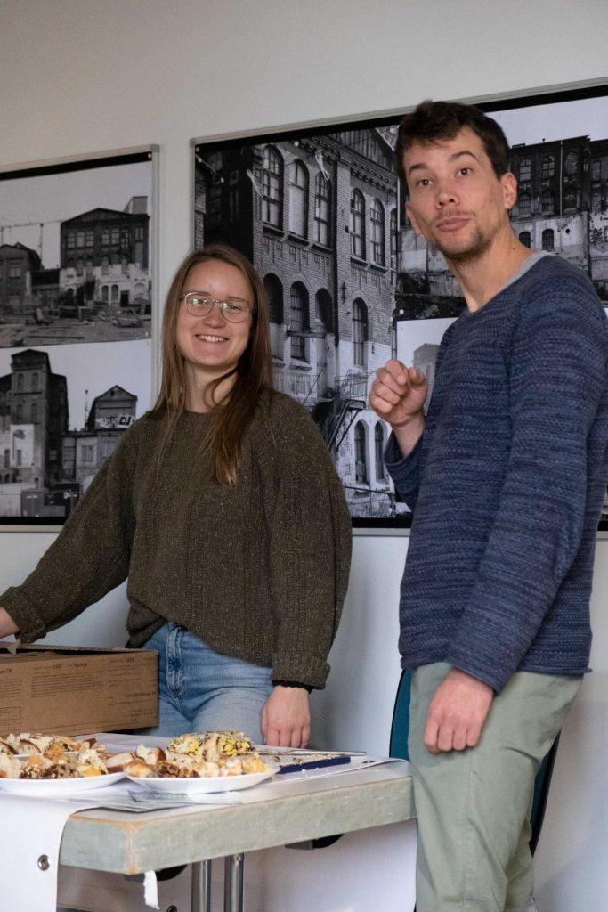 Die Mitglieder von Foodsharing Kassel sind ebenfalls angetan vom Anblick des Objektivs, das auf sie gerichtet ist.
