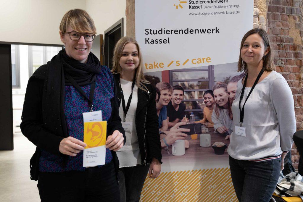 Sarah Baum (v.l.n.r.), Marie Wolff und Julia Thonfeld vom Studierendenwerk der Universität Kassel informieren an ihrem Stand über das Bafög und andere Angebote.