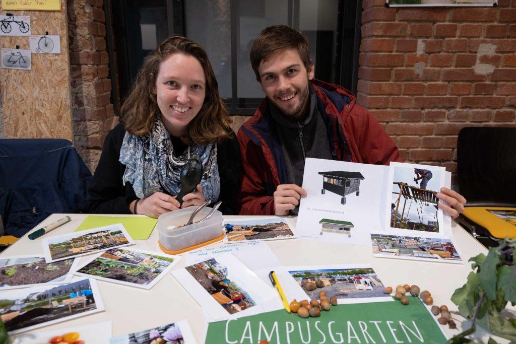 Anna Schilling (l.) und Leon Schellhase vom Campusgarten präsentieren ihren grünen Stand. Noch findet man sie nirgends im Netz, doch das soll sich bald ändern.