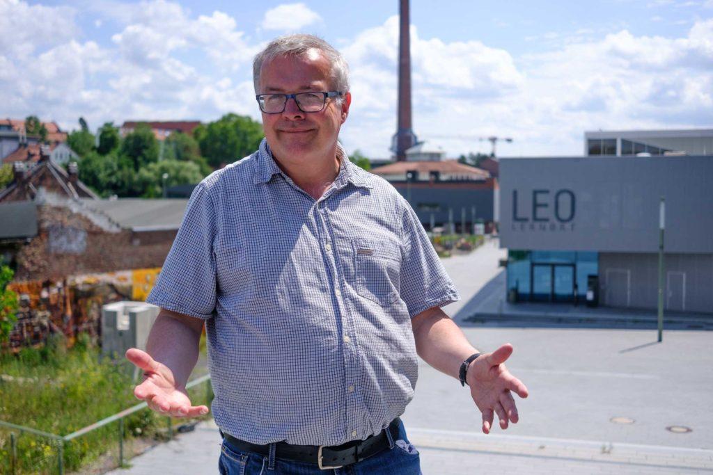 Frank Kistner posiert vor dem LEO am Campus Holländischer Platz (Foto: Paul Bröker)