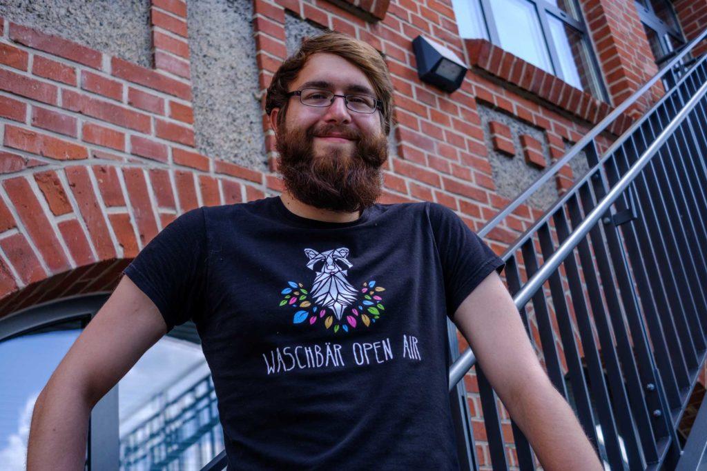 Tobias Marczykowski posiert auf der Treppe des Studierendenhauses am Campus Holländischer Platz (Foto: Paul Bröker)