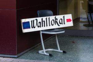 """Schild, auf dem """"Wahllokal"""" steht"""